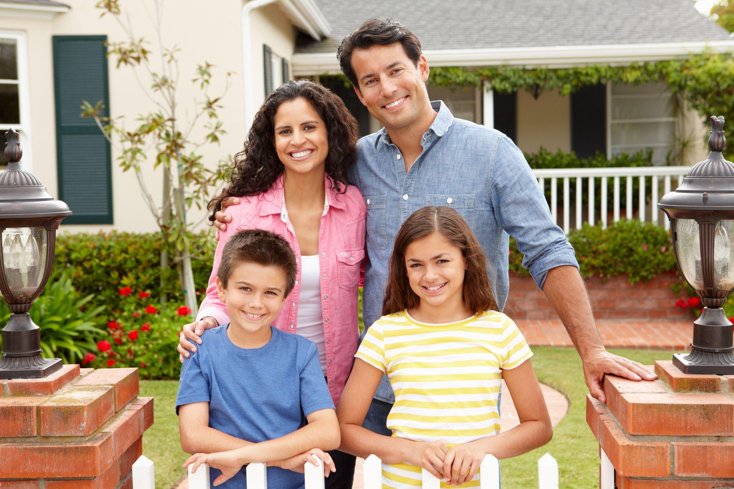 familia feliz em portão de casa