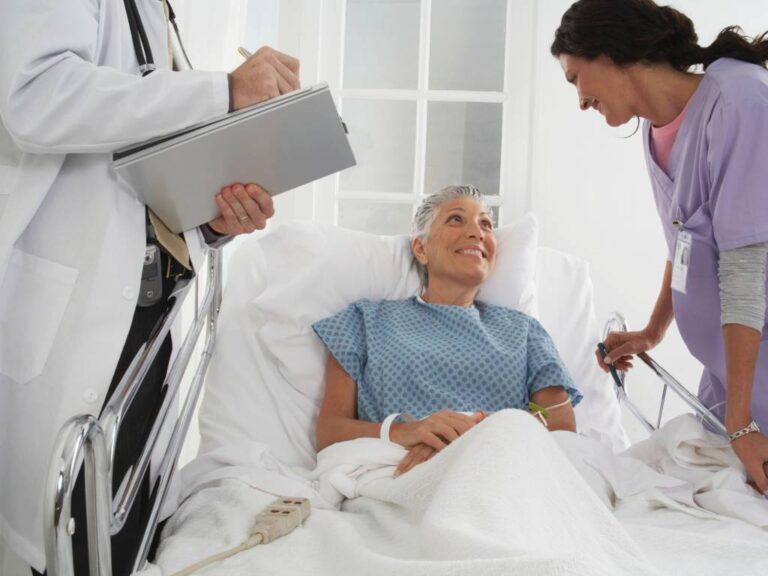 urgência e emergência: Imagem de médicos e senhora em hospital