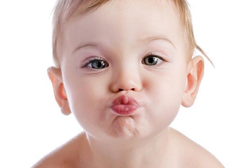 vacina: Imagem de criança fazendo bico