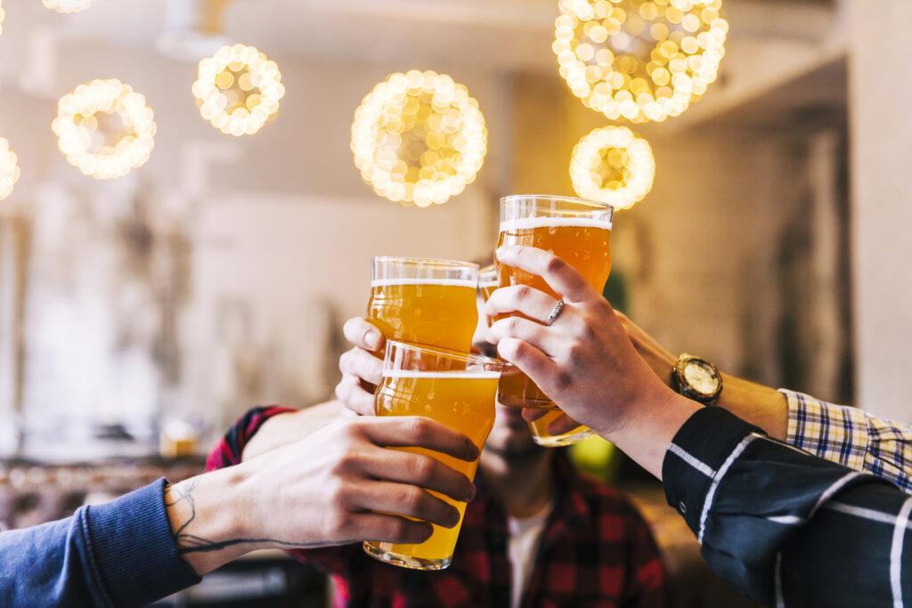 bebida alcoólica: Imagem de copos de chopp