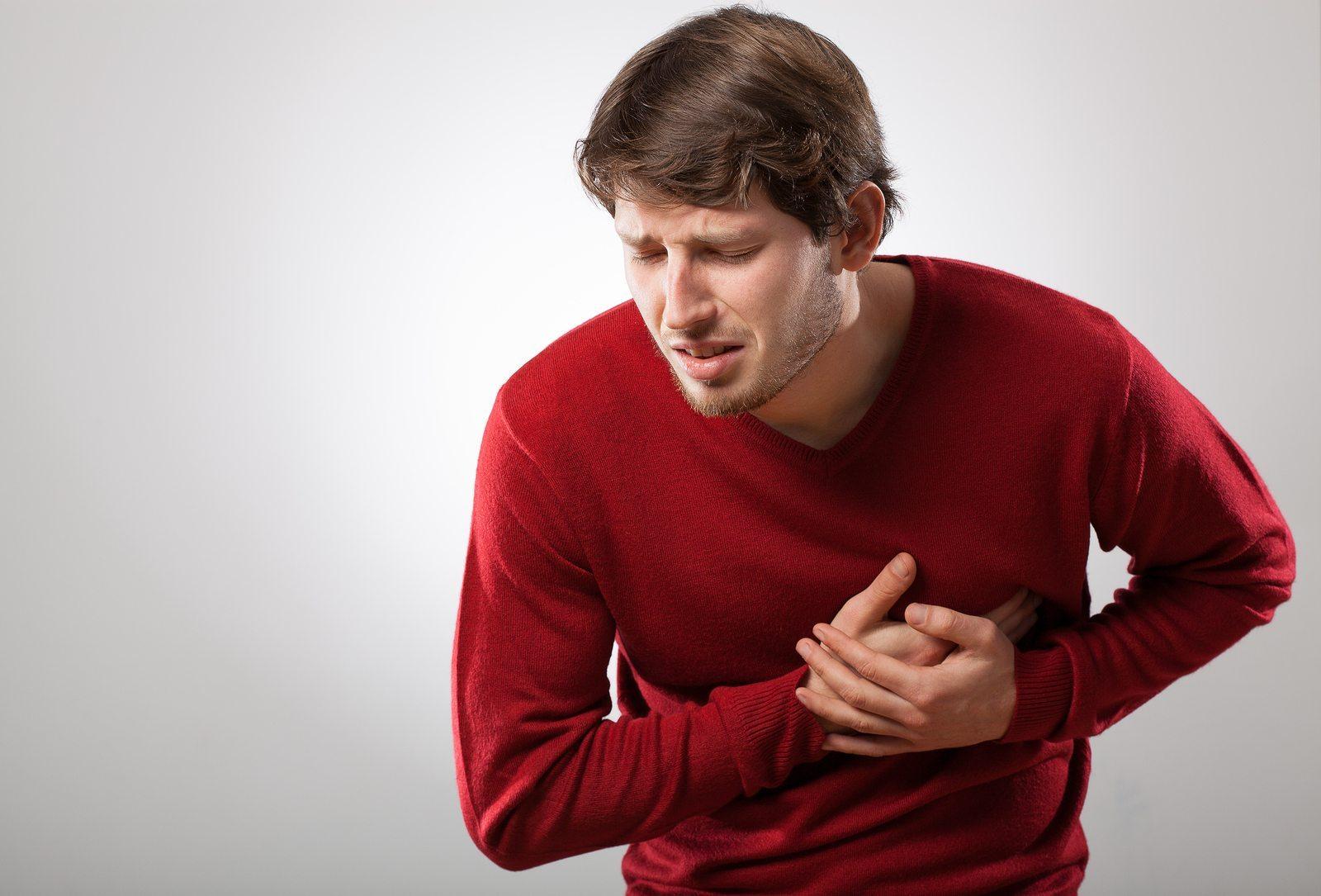 imagem de homem com mão no peito