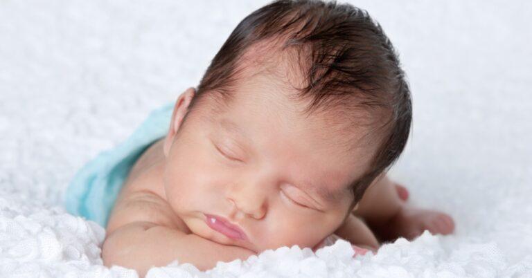 Recém-nascido: foto aproximada de bebê recém-nascido dormindo