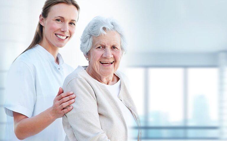 Planos de Saúde: foto de uma médica e uma idosa sorrindo