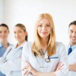 Plano de Saúde: Foto de 3 médicas e 1 médico, de braços cruzados e sorrindo
