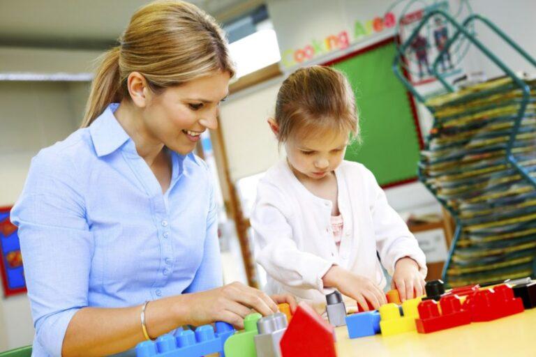 Imagem de mulher brincando com criança