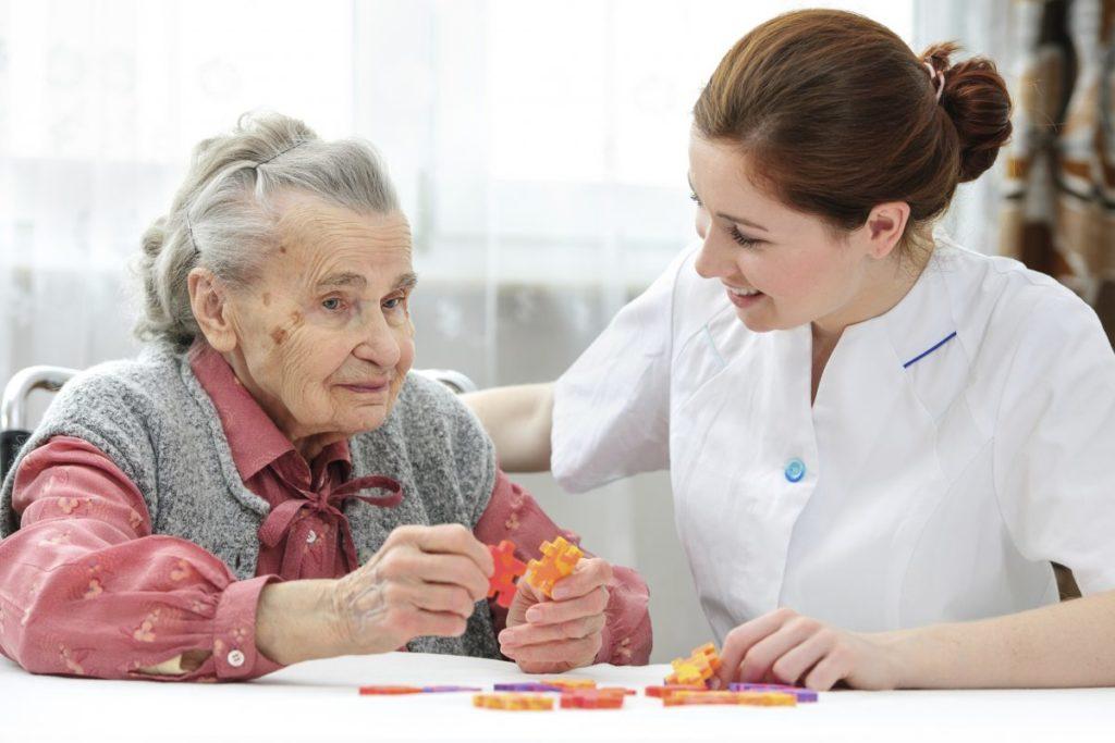 Imagem de idosa em terapia