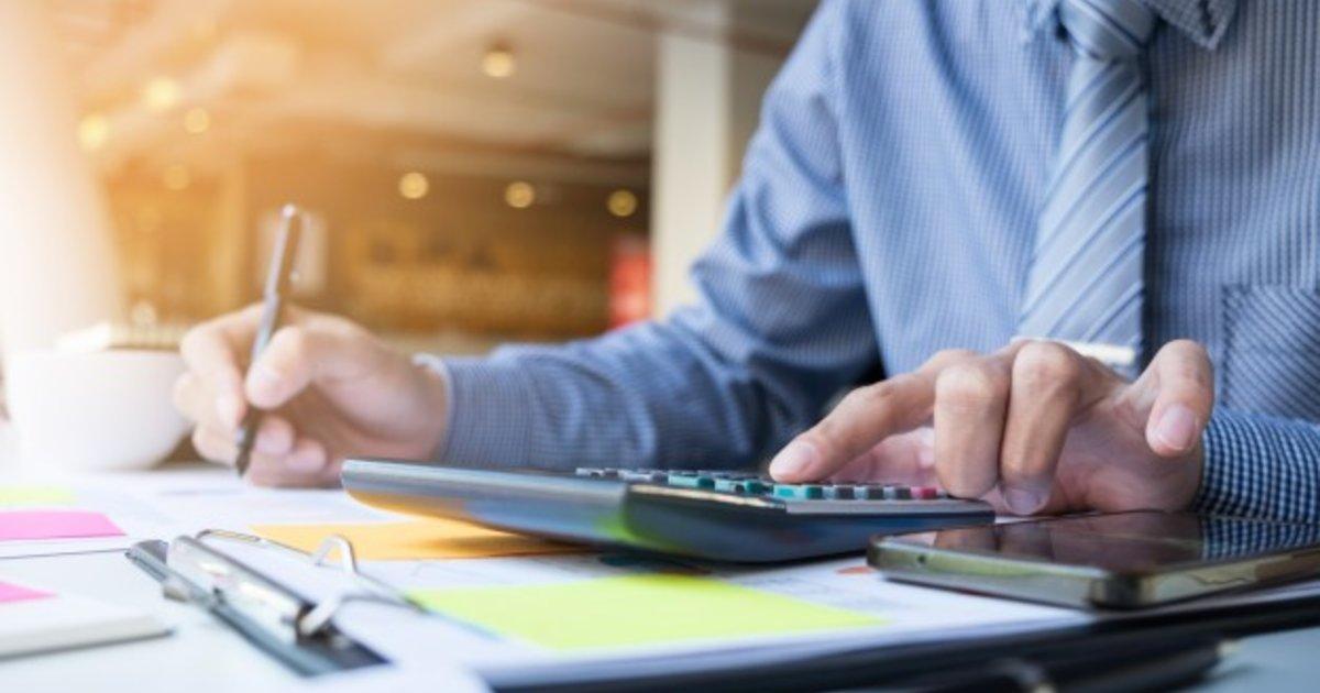 homem de negócios fazendo contas e usando a calculadora
