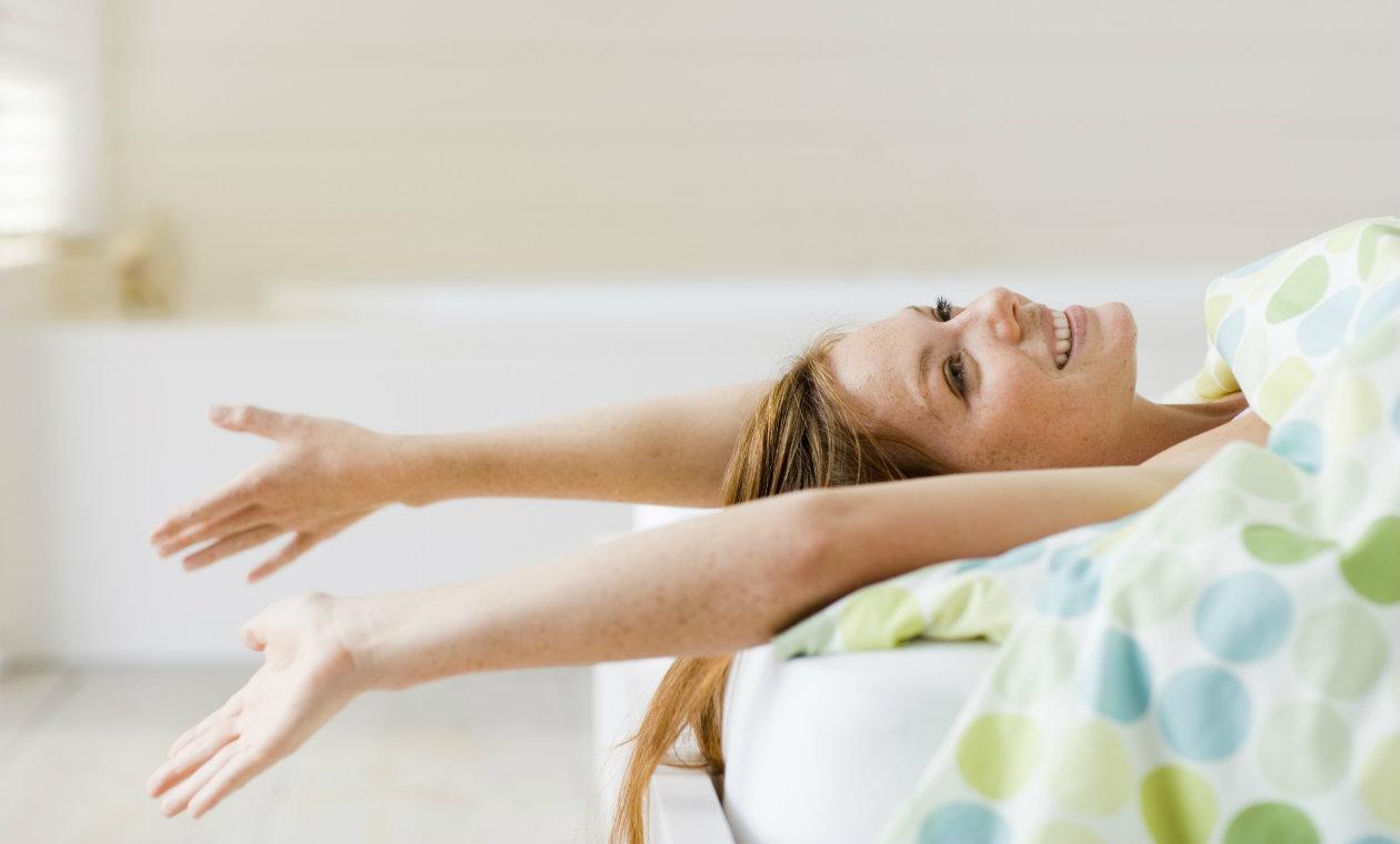 mulher deitada com os braços esticados