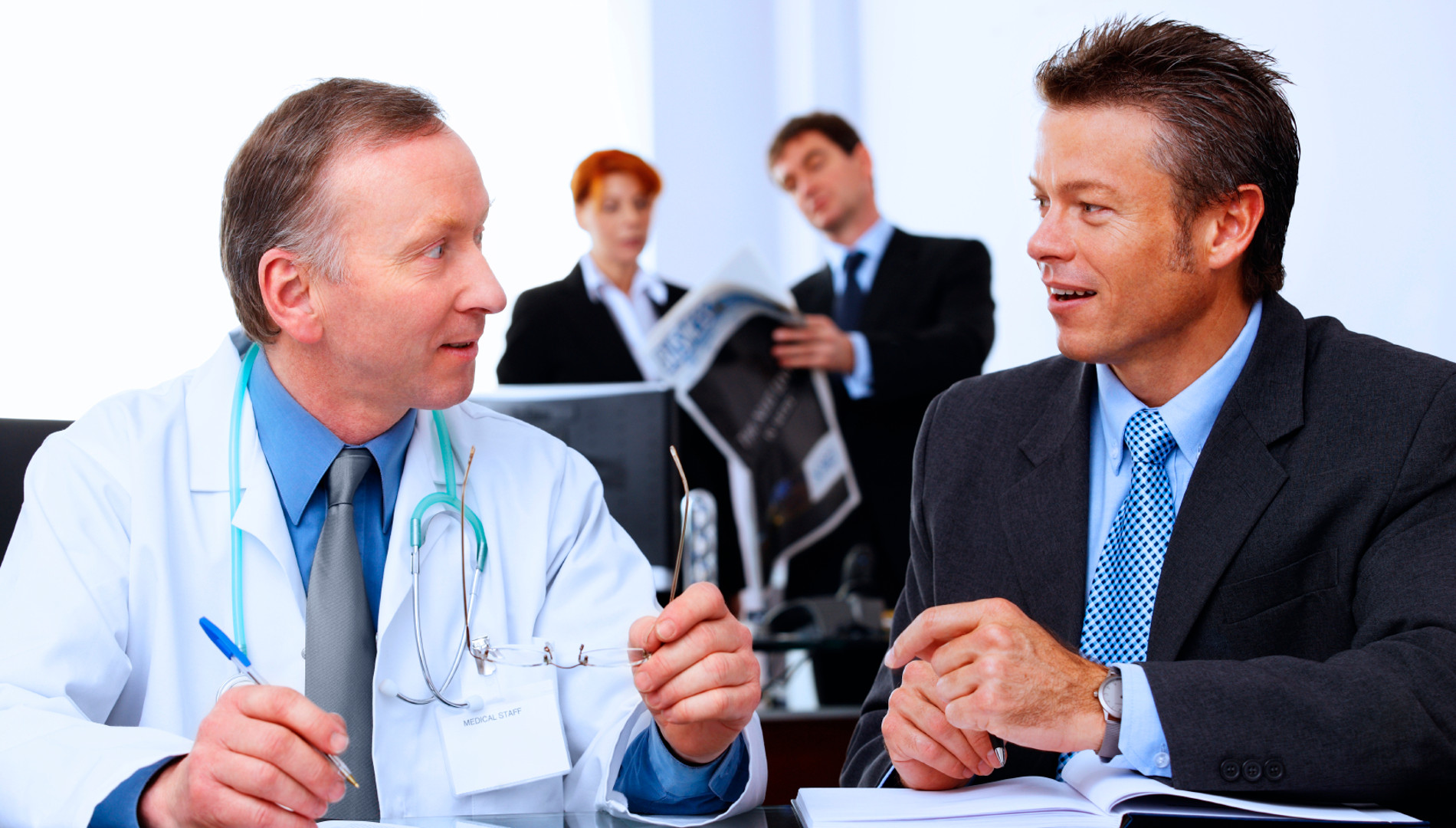 médico explicando plano de saúde empresarial para empresas