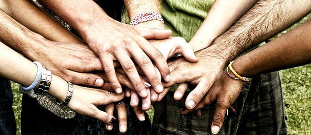 várias mãos de pessoas parceiras princípio de mutualidade