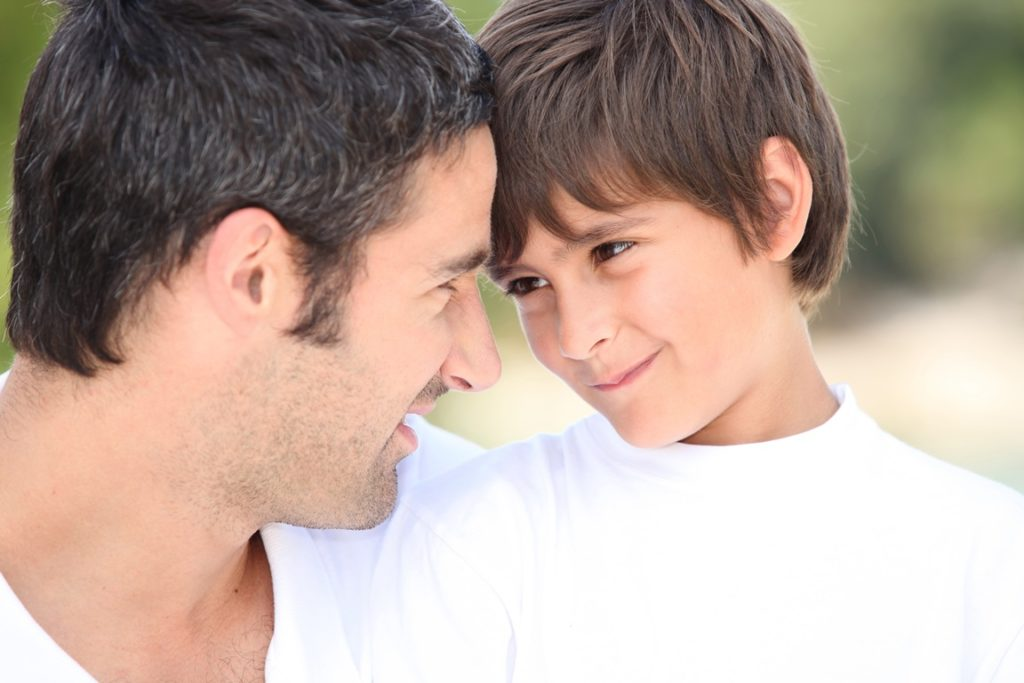 imagem de pai e filho se olhando