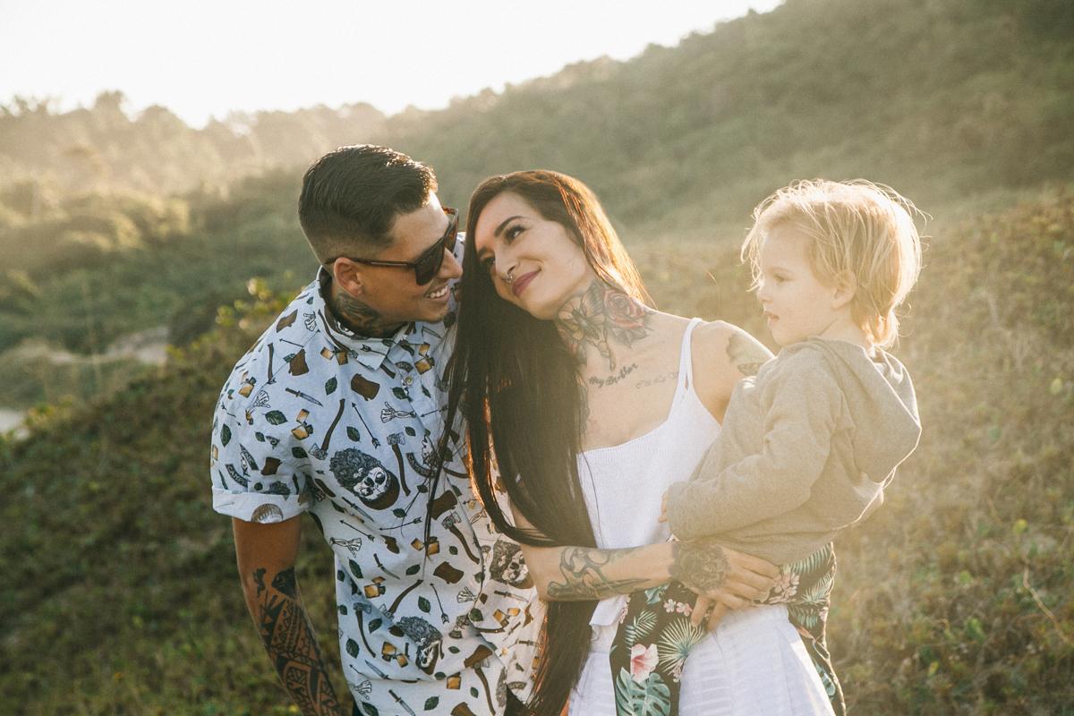 casal com filho no colo ao ar livre