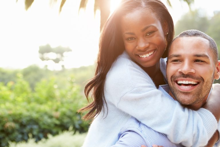 Plano de saúde pessoa física: fotografia de uma mulher e um homem sorrindo