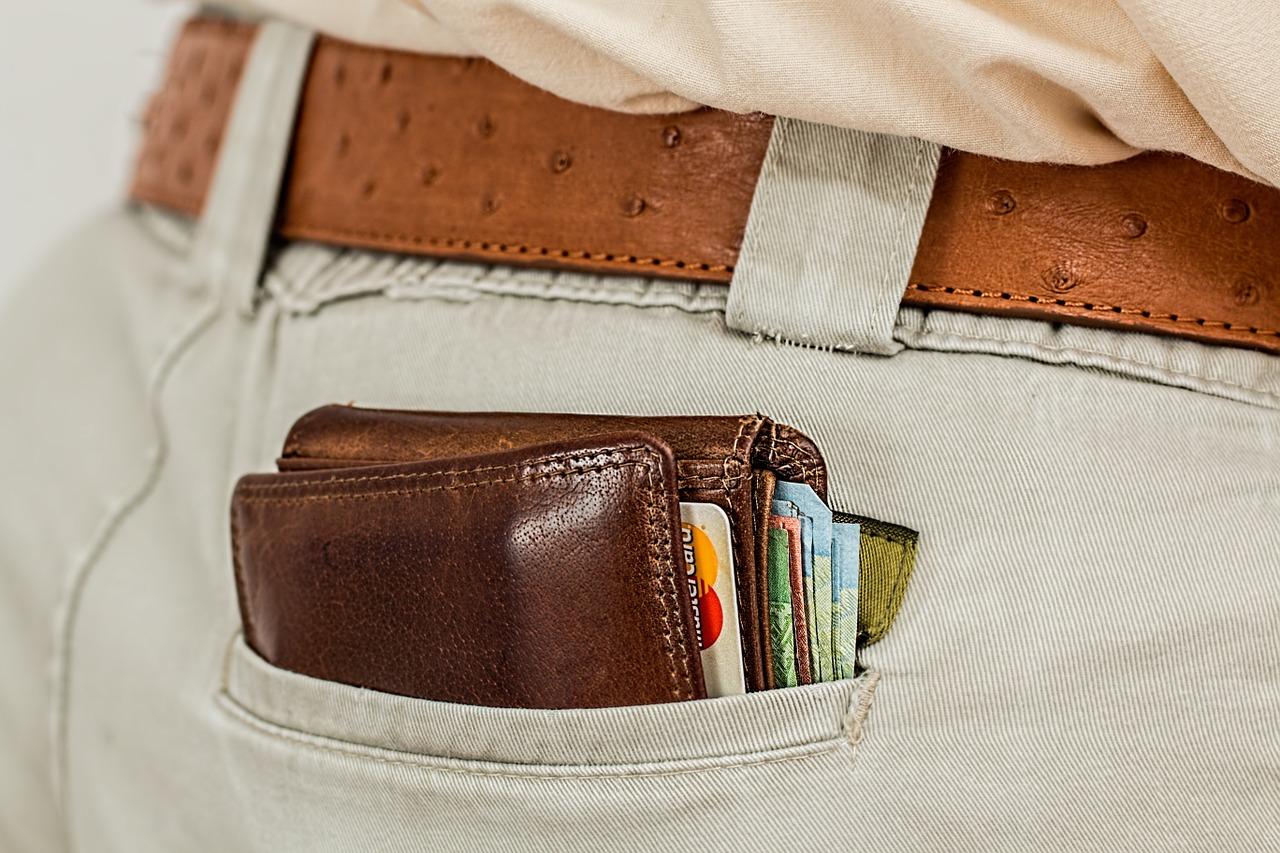 foto de um bolso com uma carteira dentro e cartões