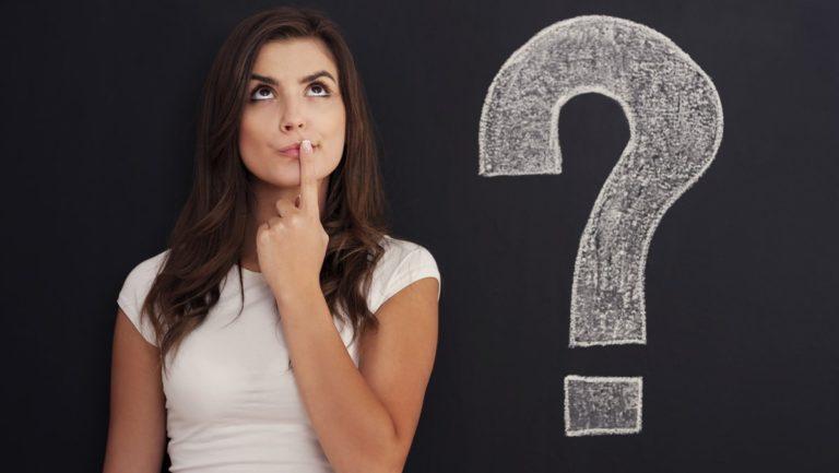 Contratar um plano de saúde: imagem de mulher pensativa com a ilustração de um ponto de interrogação ao seu lado