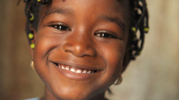 criança sorrindo com close da camera no rosto