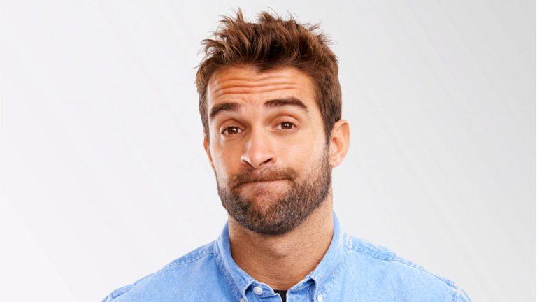 Planos de saúde individuais: foto de homem branco puxando os lábios para dentro da boca