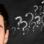 Plano de saúde empresarial: Imagem do rosto de um homem com sinais de interrogação desenhados próximos a sua cabeça