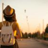 Plano de saúde: foto de de uma mulher caminhado ao entardecer