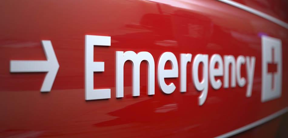 placa de emergência vermelha com seta para entrada