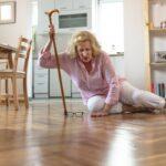 quedas em idosos: imagem de idosa caída no chão