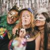 cuidados com a saúde: Imagem de amigos com mascaras brincando carnaval