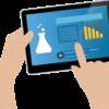 Desenho de duas mãos segurando um tablet com imagens que remetem a laboratório