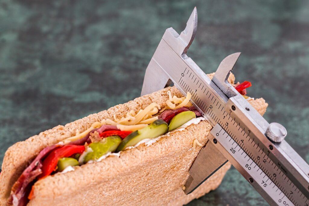 Medidos medindo um sanduiche