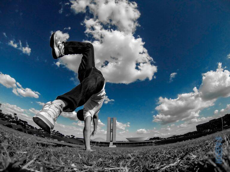 Homem saltando em frente ao planalto em Brasília